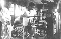 昭和初期の工場内で製作する初代と2代目